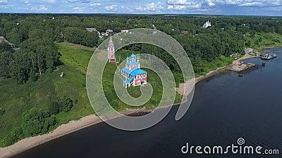 Kerk van het Pictogram van de Moeder van God van Kazan luchtvideo Tutaev, Rusland stock footage