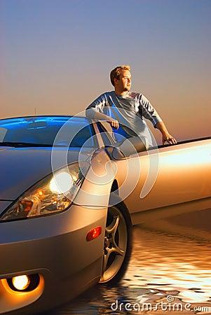 Kerl mit einem Sportwagen