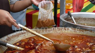 Kerriekip het verkopen in Ramadan Bazaar Het wordt gevestigd voor Moslim om snel tijdens de heilige maand van Ramadan te breken stock footage