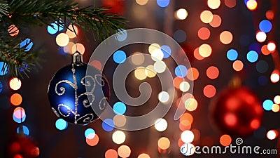 Kerstmisdecoratie op boom, tak, bokeh achtergrond, uit nadruklichten stock videobeelden