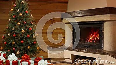 Kerstmisruimte. Kerstboom door de open haard