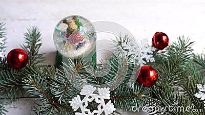 kerstsamenstelling decor, fir-boomvertakkingen, rode versieringen op witte achtergrond winter, nieuw jaar concept stock videobeelden