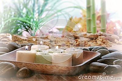 Kerzen, die für Meditation und Entspannung brennen