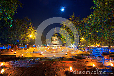 Kerzen um den alten Tempel