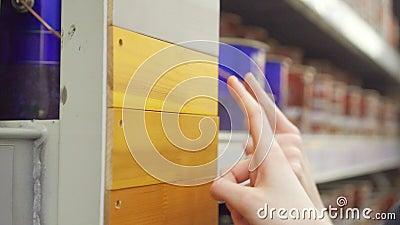 Keus van verfkleur voor hout stock footage