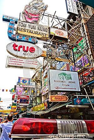 Khao San väg, Bangkok. Redaktionell Bild