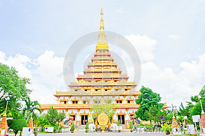 Золотистая пагода на тайском виске, Khonkaen Таиланд