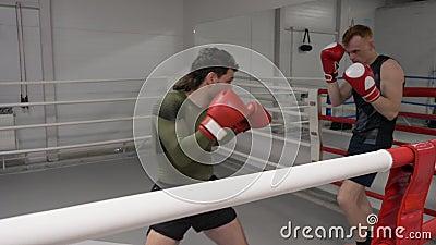 Kickboxer atakuje sportowy pierścień kolejowy zbiory