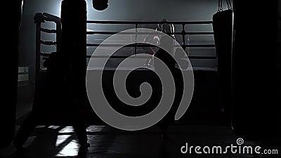 Kickboxers, das für Wettbewerbe sich vorbereitet Langsame Bewegung