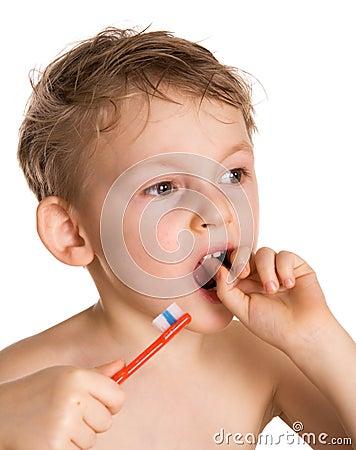 Kid cleans a teeth
