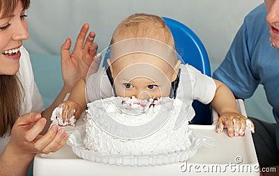 Kid eats cake.