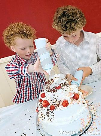 Free Kids Baking Cake Royalty Free Stock Photos - 9792028