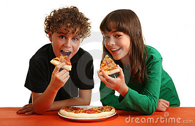 Kids eating pizza