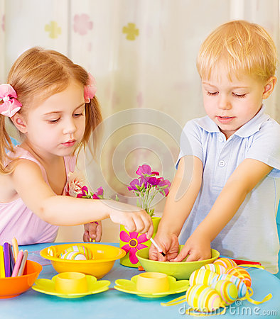 Free Kids Paint Easter Eggs Royalty Free Stock Photography - 30629457