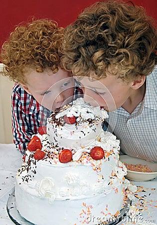 Free Kids Tasting Cake Royalty Free Stock Photography - 9698507