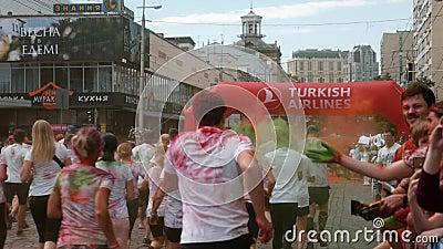 Kiew/Ukraine - 2. Juni 2019 - Rückblick auf bezaubernde weibliche und männliche Läufer in weißer Kleidung joggen unter aufblasbar stock video