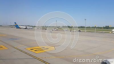 Kijów, Borispol Ukraina, Maj, - 02, 2018: Widok od okno płaski chodzenie przy lotniskiem zdjęcie wideo