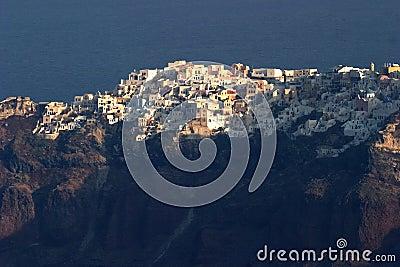 Kijkend acroos aan de klippen hoogste stad van Oia, Santorini, gezien fron Fira.