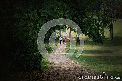 Kilka osób starszych chodzić