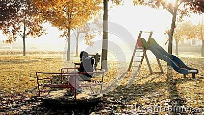 Kind allein in einem Park stock video