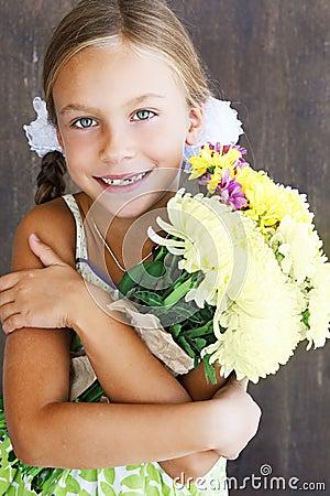 Kind, das Blumen hält