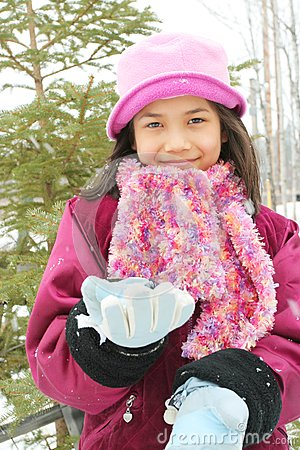 Kind, das den Winter genießt