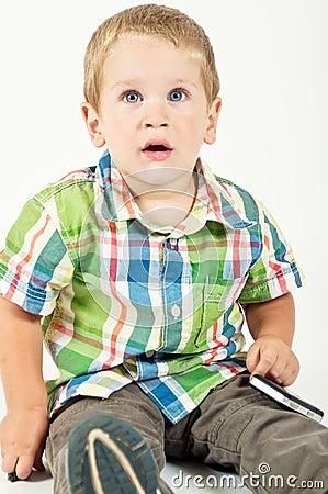 Kind, das entlang der Kamera anstarrt