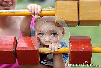 Kind, das hinter Blöcken sich versteckt