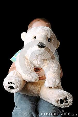 Kind, das hinter Teddybären sich versteckt