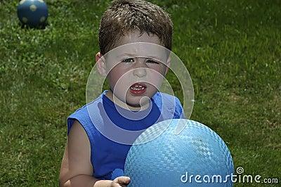 Kind, das Kugel spielt