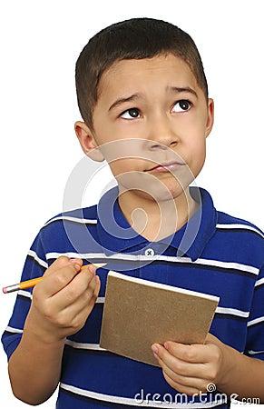 Kind, das oben mit Notizbuch schaut