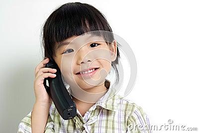 Kind, das am Telefon spricht