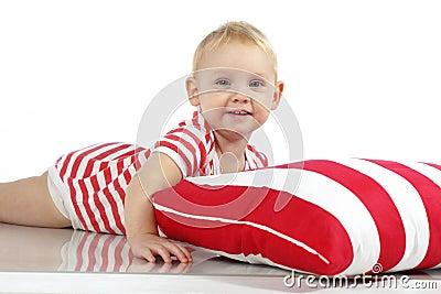 Kind die met hoofdkussen liggen