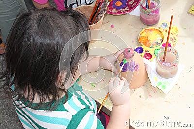Kind het schilderen Redactionele Afbeelding