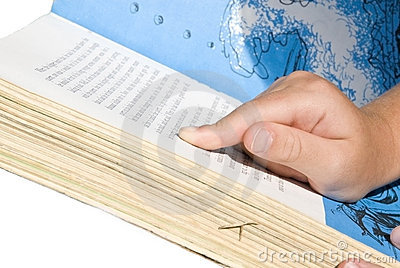 Kind-Lesen/zeigend auf Wörter