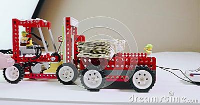 Kind-` s Erbauerlader taucht einen Stapel des Geldes in der Karosserie unter stock footage