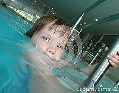 Kind in swiing Pool