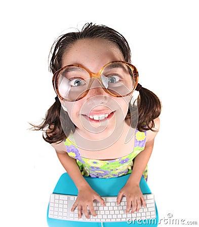 Kind unter Verwendung des Computers, der oben lächelnd schaut