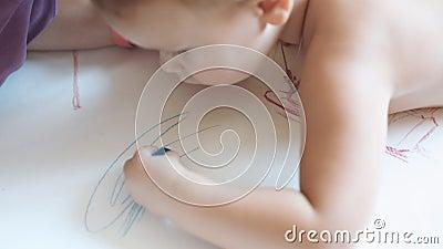 Kind zeichnet ein Gekritzel stock video footage