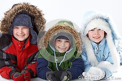 ... Kinder, die warme Winterkleidung auf weißem Hintergrund tragen