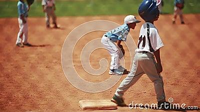 Kinder, die Baseball spielen