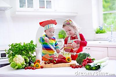 kinder die das gesunde vegetarische mittagessen kochen stockfoto bild 56034994. Black Bedroom Furniture Sets. Home Design Ideas