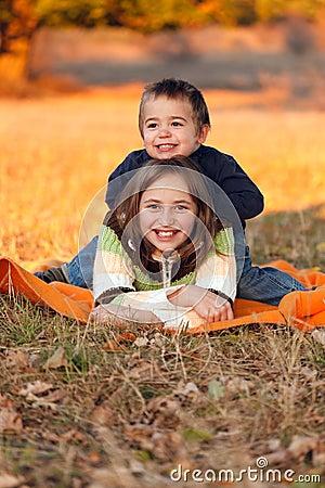 Kinder, die draußen im Herbst spielen