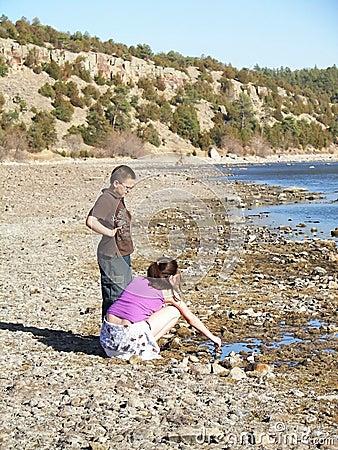 Kinder, die durch einen Fluss spielen