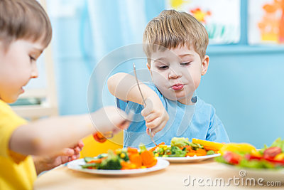 kinder die gem se im kindergarten oder zu hause essen stockfoto bild 56118909. Black Bedroom Furniture Sets. Home Design Ideas