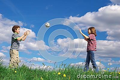 Kinder, die Kugel spielen