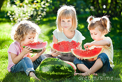 Kinder, die Picknick haben