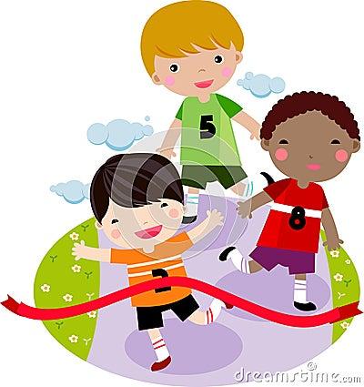Kinder, die zusammen in ein Rennen laufen