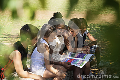 Kinder und Ausbildungs-, Kinder- und Mädchenlesebuch im Park