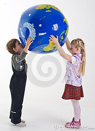 Kinder, welche die Kugel unterstützen
